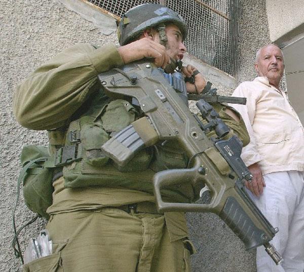 الجيش الإسرائيلي يزود أفراده بمسدس رشاش حديث Tar21Tavor