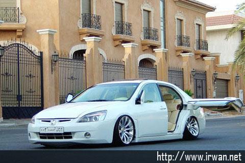 ... aja deh, entah ini modifikasi mobil Honda (Accord bukan ya?) atau